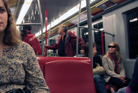 u-bahn sitzende personen © flickr / kooshinni
