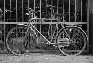 fahrrad an tor angekettet © Heike Quosdorf | quosi.de