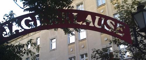 jägerklause-biergarten-eingang © friedrichshainblog.de