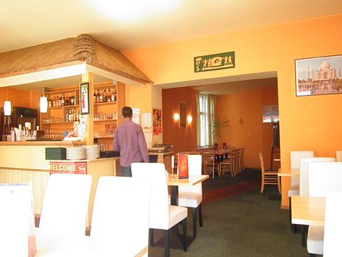innenansicht stühle und tische im indischen restaurant ashak © friedrichshainblog.de