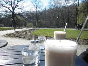 milchkaffee und blick auf spaziergänger © friedrichshainblog.de