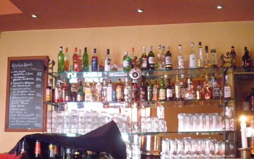 schnapsflaschen hinter bar © friedrichshainblog.de