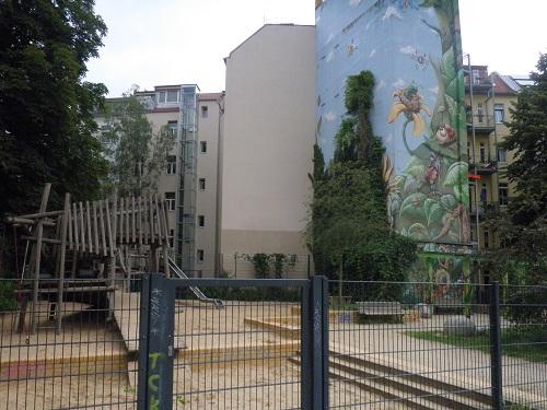 künstlerisch bemaltes haus vor spielplatz berlin friedrichshain c friedrichshainblog.de