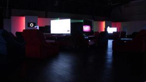 ck 99 lounge zentrum mit couches und konsolen