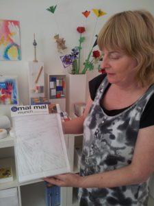 formfalt betreiberin mit kindermalbuch
