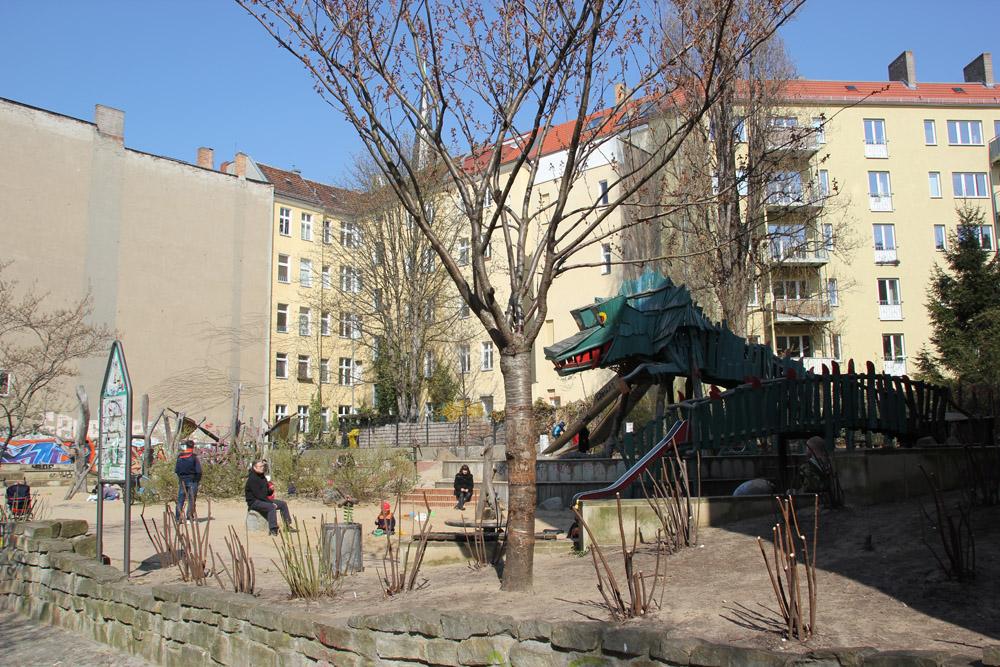 gro er spielplatz im nordkiez von berlin friedrichshain. Black Bedroom Furniture Sets. Home Design Ideas
