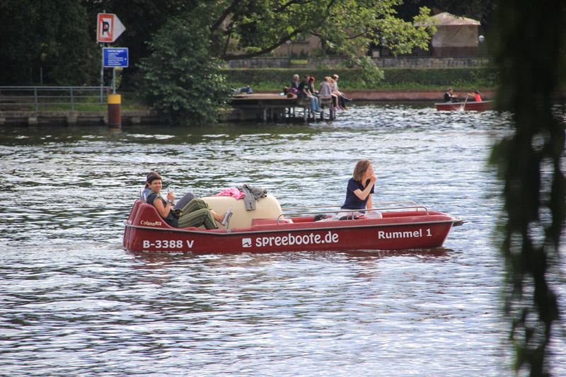 Boote auf Spree Stralauer Halbinsel Berlin Friedrichshain