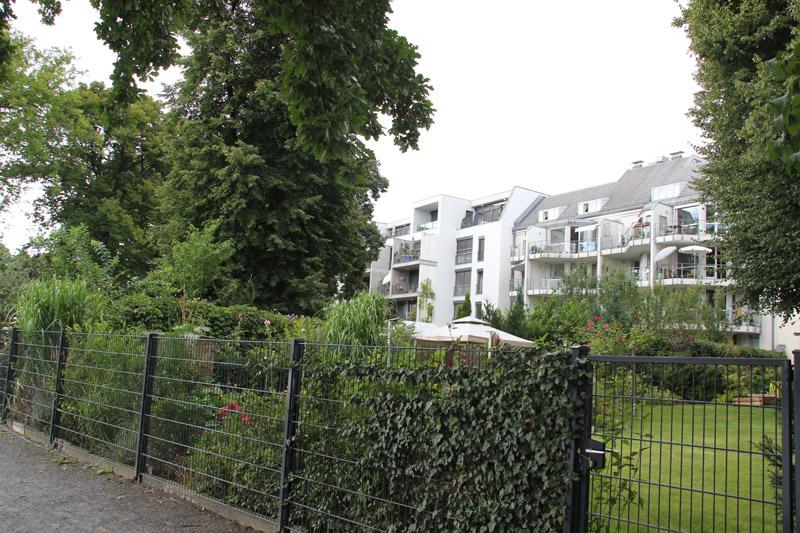 Häuser und Garten entlang Stralauer Halbinsel