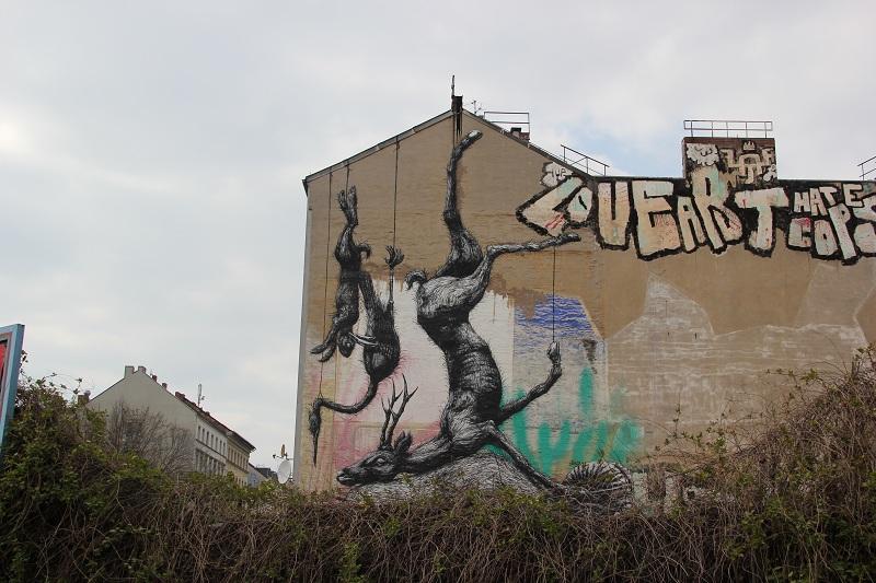 Streetart aufgehängte Tiere Berlin Kreuzberg