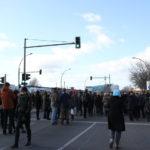 Menschen bei East-Side-Gallery Demo