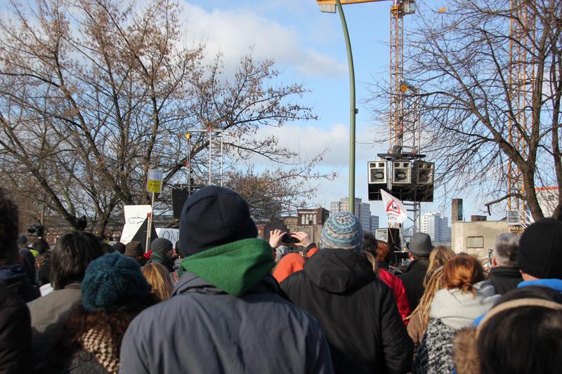 Menschen vor Bühne East-Side-Gallery Demo