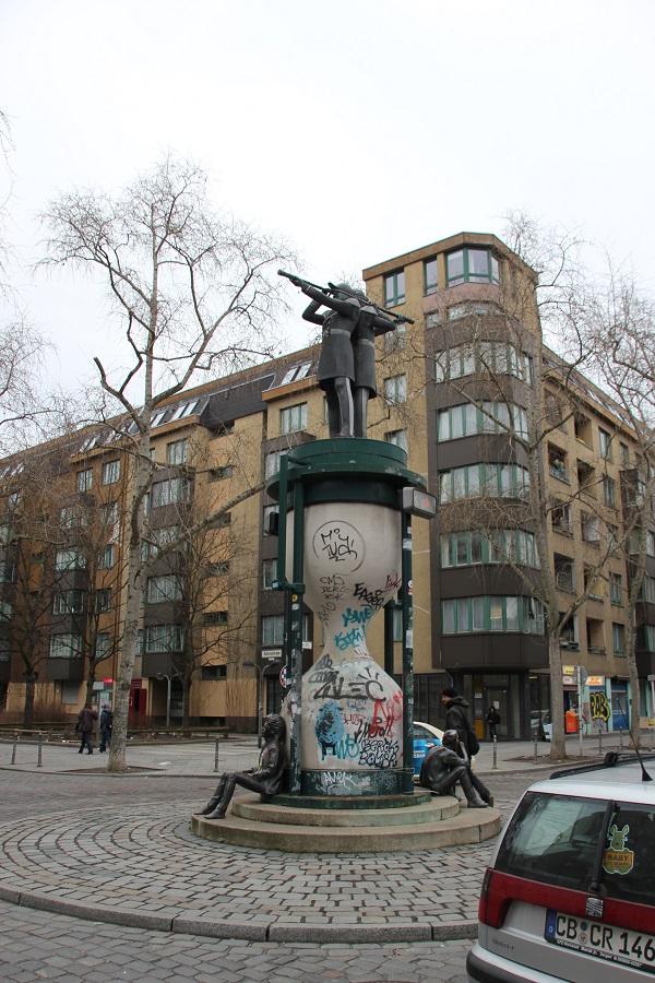 skulptur in kreuzberg doppelter admiral friedrichshain blog. Black Bedroom Furniture Sets. Home Design Ideas