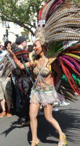 Federkleid Tänzerin Karneval der Kulturen 2013