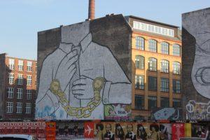 Goldene Uhrenhandschelle Wand Grafitti Kreuzberg