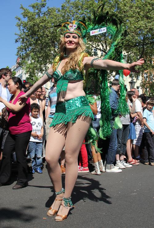 Grüne Tänzerin Karneval der Kulturen 2013