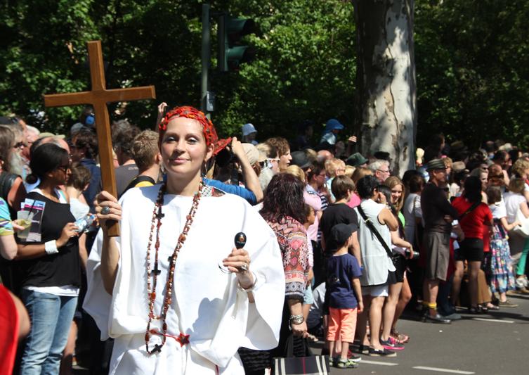 Kreuzträgerin Karneval der Kulturen 2013