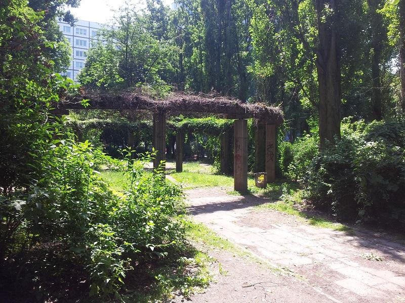 Grünfläche neben Sportplatz