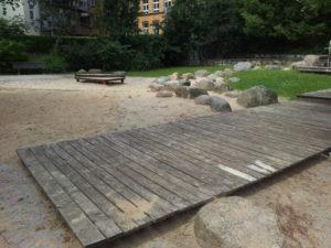 Spielplatz Holzempore und Steine