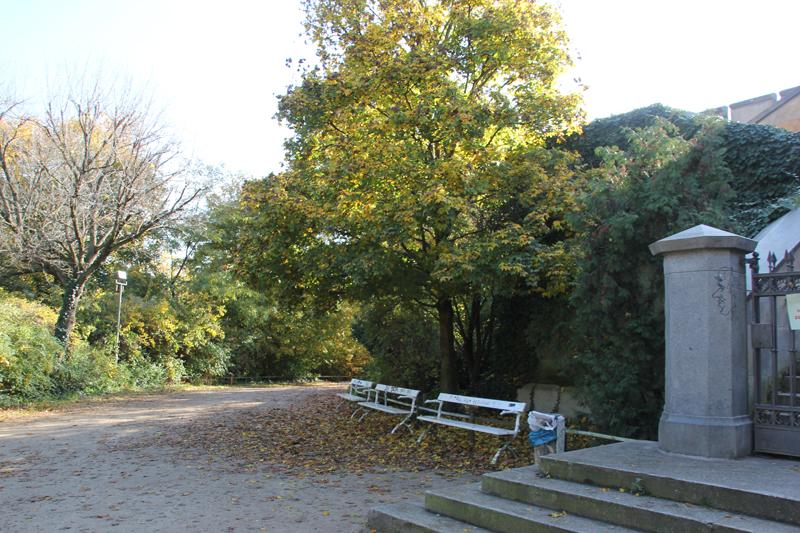 26 Bänke neben Denkmal