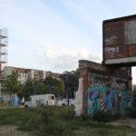 Ruine neben Wohnbauten