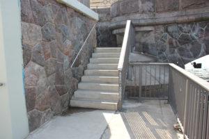 Oberbaumbruecke Treppe zur Spree