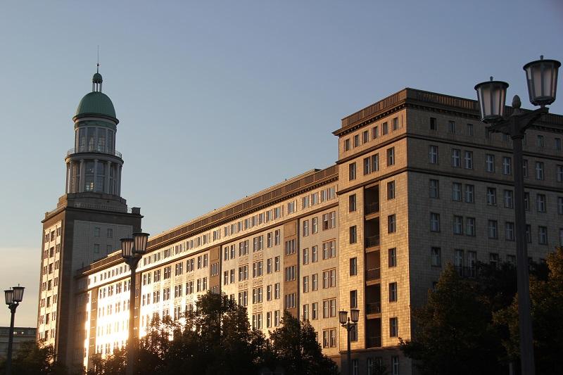 Frankfurter Tor im Sonnenaufgang