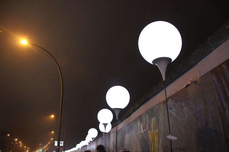 Leuchtballons im Nebel