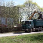 Bagger und Lkw Schuttabtransport