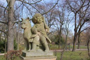 Figur aus Maerchen Delphinbrunnen