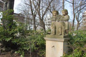 Figur von Maerchenfigur Delphinbrunnen