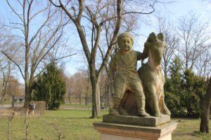 Maerchenfigur Delphinbrunnen