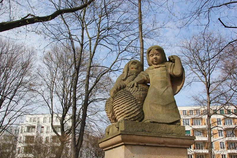 Maerchenfigur Delphinbrunnen von Wrba