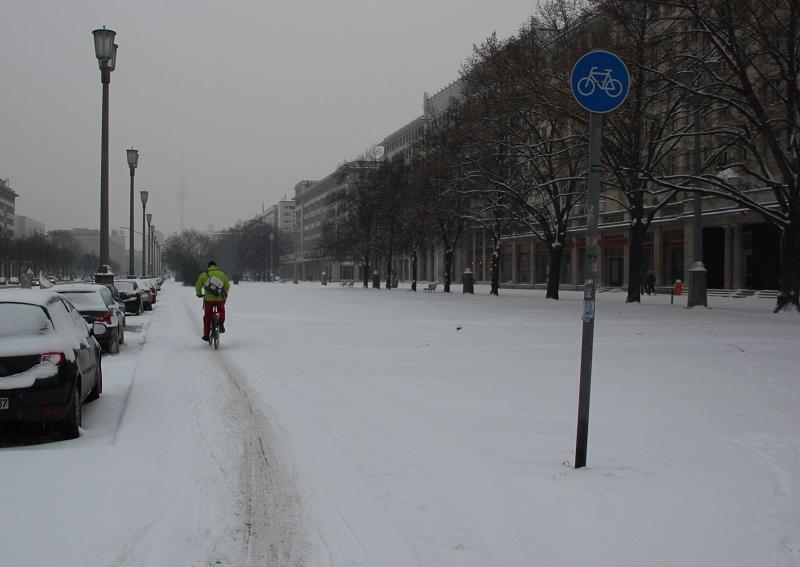 Nicht geraeumter Radweg Friedrichshain
