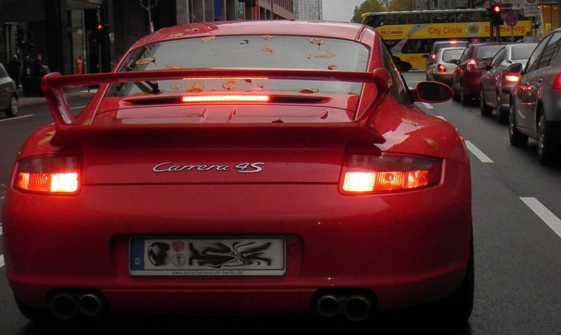Porsche Carrera im Verkehr