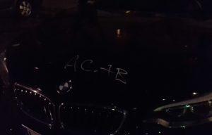 ACAB auf Auto gekratzt