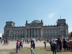 Leute vor Reichstag
