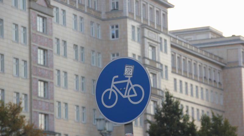 Fahrradwegschild Karl-Marx-Allee Friedrichshain