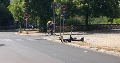 Herumliegende E-Scooter