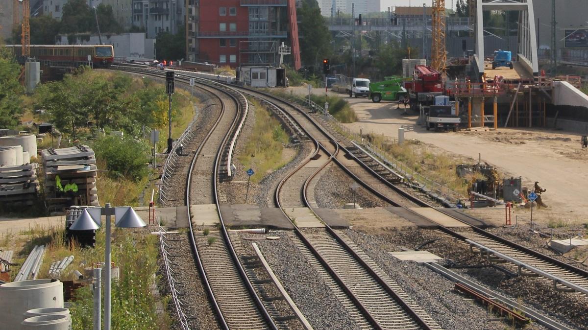 Bahnschienen hinter dem Ostkreuz