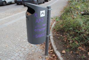 AfD in den Mülleimer werfen